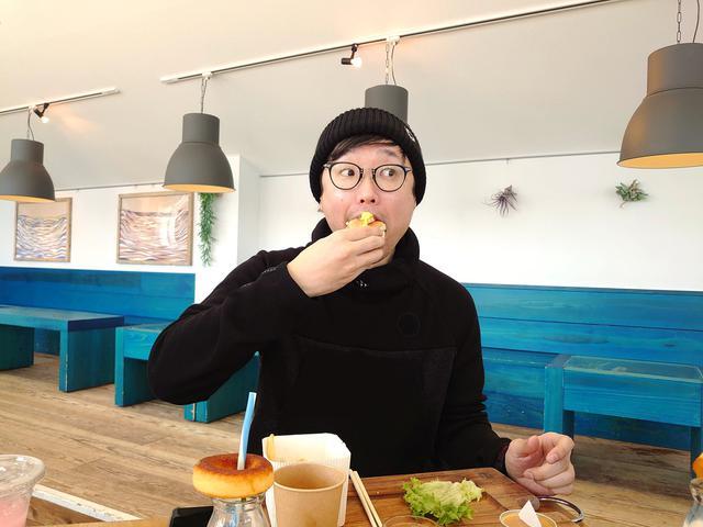 画像: 大好きなパンが美味しくてご満悦のエンドゥ
