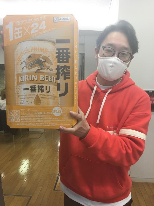 画像: えんどぅさんが持っているビール1ケースは今日がラスト!「大阪が1番!と思うところ」を書いてエントリーしましょう!