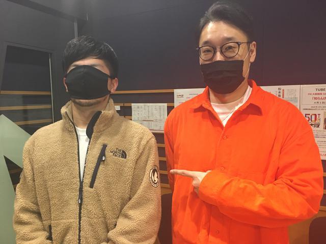 画像: えんどぅさんのお隣は以前、韓国までこの服を買いに行ったというFM OSAKAスタッフさんです。