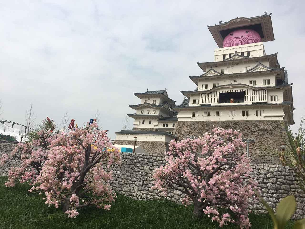 画像: 姫路市のご当地キャラ「しろまるひめ」も桜色に。