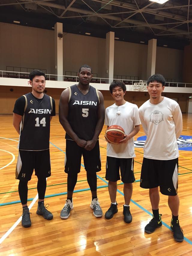 画像: 左から、金丸選手・バッツ選手・堂野・比江島選手