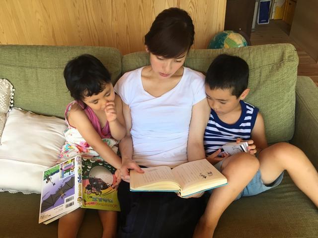 画像: 二人とも、本が大好き。 「読んで~!」と言われると、アナウンサー魂に火がつきます(笑)