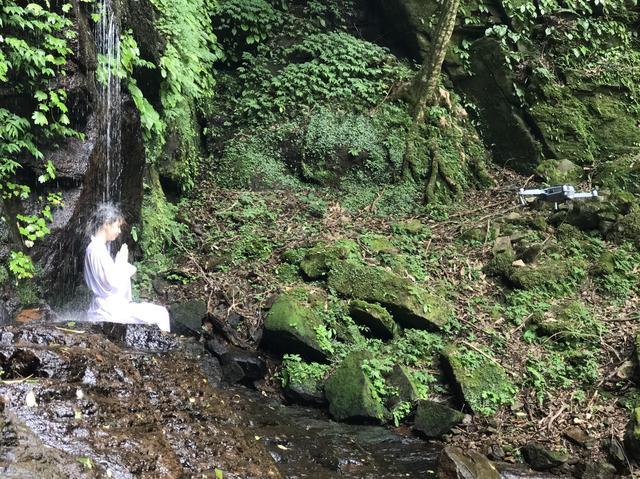 画像: 大日滝。 滝つぼがないため、真下まで近づくことが出来ます。