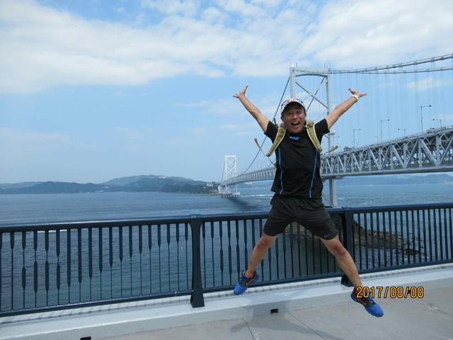 画像: 大鳴門橋をバックに カッコいい佐藤