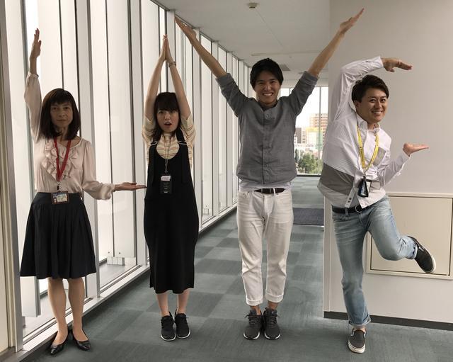 画像: 人文字で「LIVE」を作りました。 左から大川アナ、井上アナ、私、竹田アナ