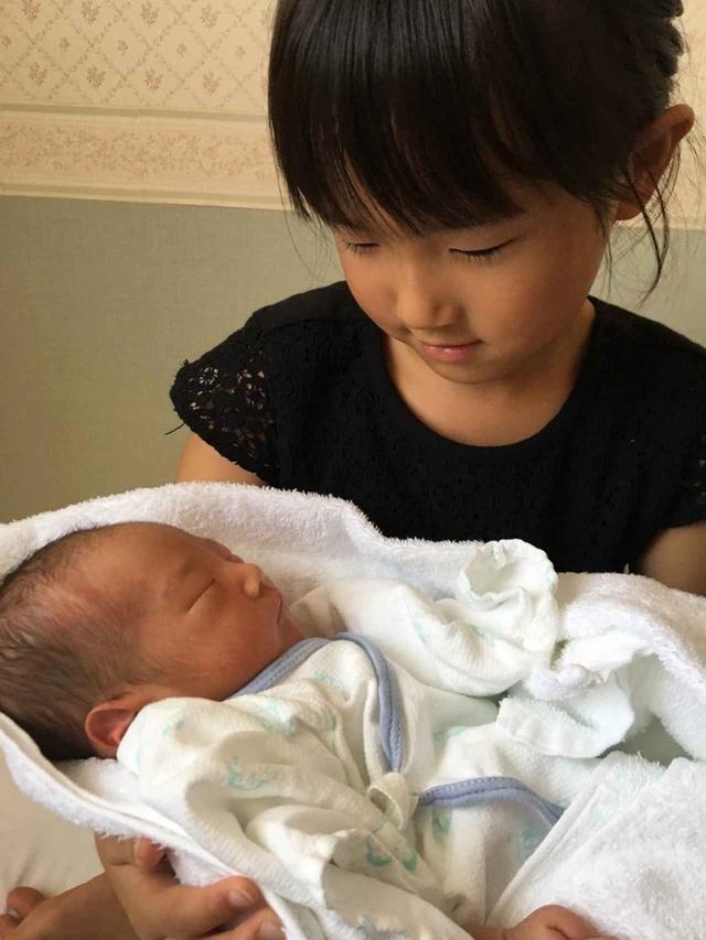 画像: 長女・梨紗ちゃんもお姉ちゃんになりました。 緊張しながら抱っこしている姿が何とも愛おしい。