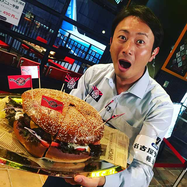 画像: 1.2キロのパティを使った「ビッグハンバーガー」! お値段も1万238円(税込・要予約)とビッグサイズ