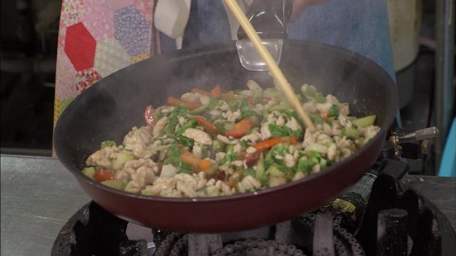 """画像4: 「超お手軽!ロバート馬場ちゃんの楽楽ごはん」第2回は""""鶏肉を使ったガパオライス"""""""