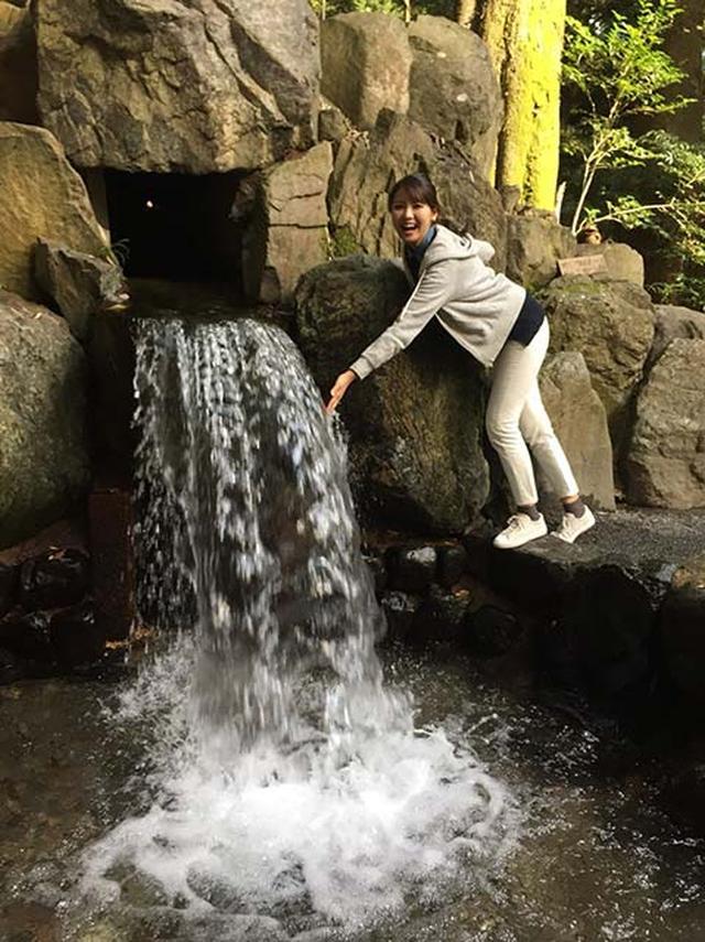 画像: 境内にある「かなえ滝」。 恋愛成就のパワースポットらしいです! 来年の私に期待!(笑)