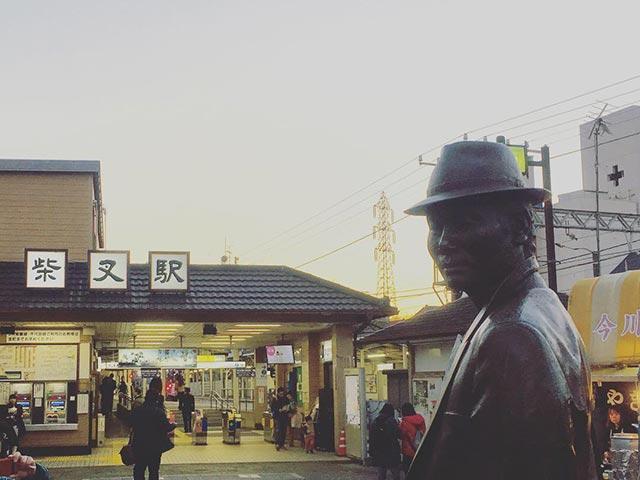 画像: 向かい合うように、妹・さくらの銅像も。