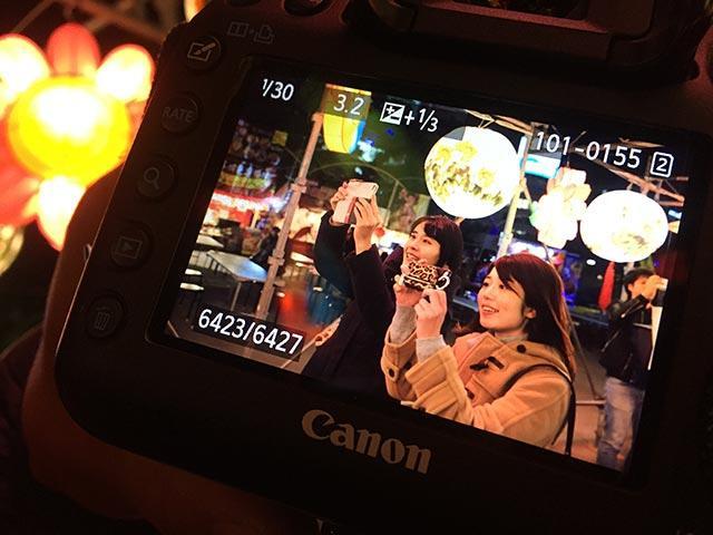 画像: もっちーと名古屋中国春節祭へ。私たちの四川省のランタンへの食いつきがすごく、思わずシャッターを切ってくださった方の写真です。