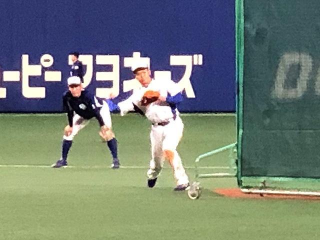 画像: ショートの位置でノックを受ける根尾選手