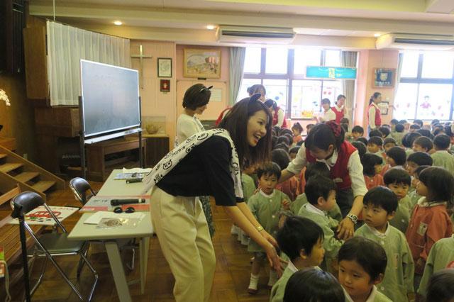 画像: 最後のお別れでハイタッチしに来てくれる子たちの頭を、 隙あらば撫でようとトライする自分…(笑)