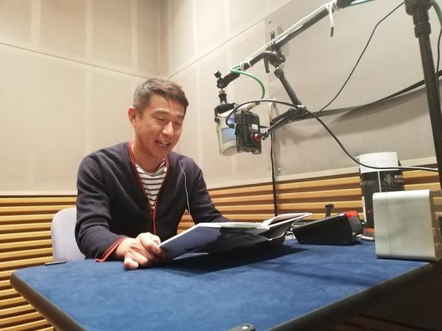 画像: 朗読する佐藤裕二アナウンサー。多くは5月6日までの配信。