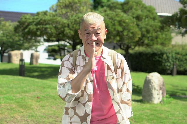 画像: 「日曜日にゴメン!」とあいさつするウドちゃんことキャイ~ンのウド鈴木