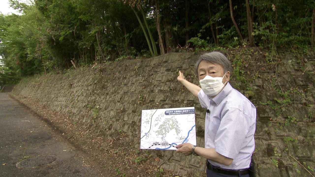 画像: 愛知県春日井市で「盛り土」を取材する池上彰さん