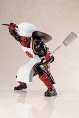 画像3: クック帽に純白のエプロン、右手に大きなフライパン、 そして左手にお皿を持ったデッドプール登場!