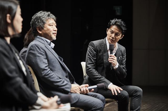 画像: 是枝監督と福山:©2017 フジテレビジョン アミューズ ギャガ
