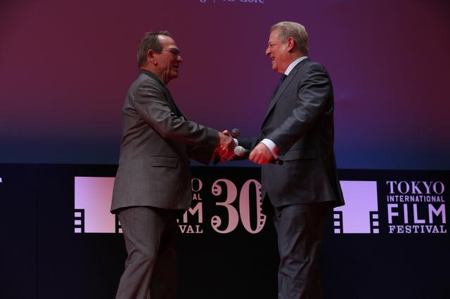 画像: 握手を交わす二人