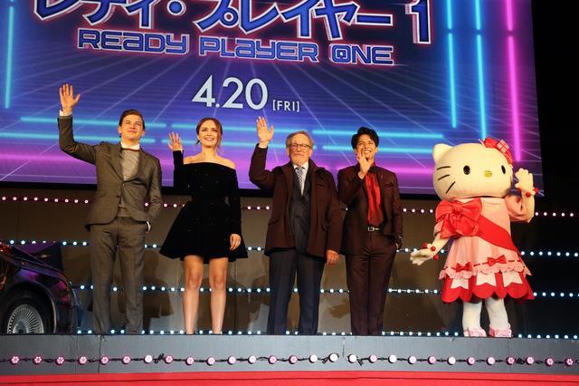 画像: 左からタイ・シェリダン、オリヴィア・クック、スピルバーグ、森崎ウィン、キティちゃん
