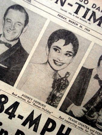 画像1: オードリー・ヘプバーン/「ニュース・ペーパー」シカゴ・デイリー他(1954年3月26日付)第26回アカデミー賞発表