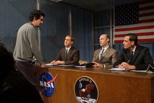 画像: 演出中のチャゼルとアームストロングを演じるライアン