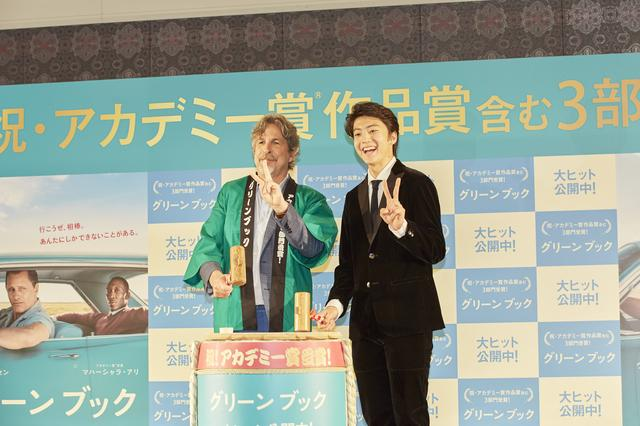 画像: ゲストの伊藤健太郎と鏡割りを