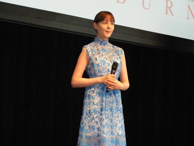 画像: オードリーを意識したブルーのドレスで登壇