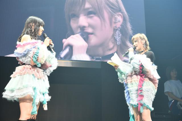 画像: 岡田(右)が村山(左)へ感謝の手紙を読み上げる ©AKS