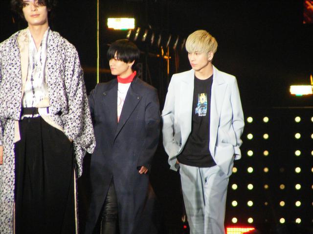 画像: 写真左から:(左手前)塩野瑛久、(中央)川村壱馬、(右)長谷川慎