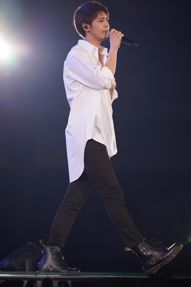 画像: ©マイナビ TOKYO GIRLS COLLECTION 2020 SPRING/SUMMER ランウェイを歩きながら歌う片寄涼太(GENERATIONS from EXILE TRIBE)