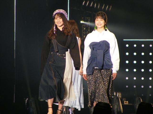 画像: 左:潮 紗理菜(日向坂46)、右:丹生明里(日向坂46)