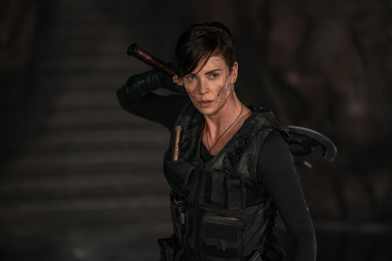 """画像2: """"不死身の身体""""を武器に幾度となく戦ってきたシャーリーズ演じるアンディ"""