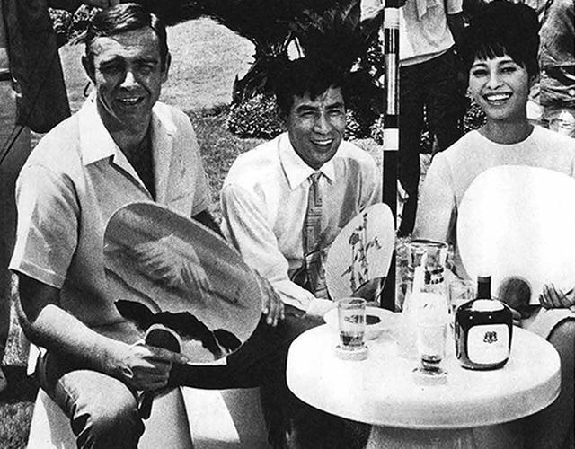 画像: 取材陣に囲まれるコネリー、丹波哲郎、若林映子