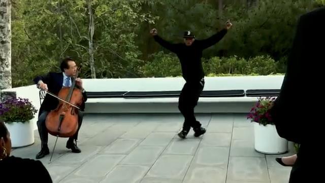画像: 世界的チェロ奏者ヨーヨー・マの演奏で踊っているのをスパイク・ジョーンズ監督が携帯で撮影し投稿。