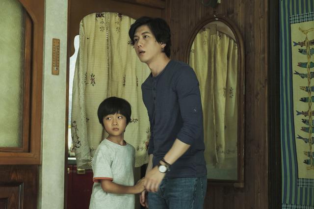 """画像3: 愛する""""家族""""を守るため、いわれなき罪を背負う青年。 今は亡き同性パートナーの母と子との血の繋がりを越えた""""家族""""の絆をつむぐ物語"""
