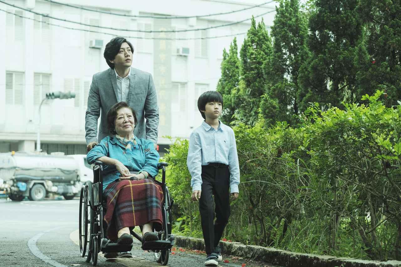 """画像1: 愛する""""家族""""を守るため、いわれなき罪を背負う青年。 今は亡き同性パートナーの母と子との血の繋がりを越えた""""家族""""の絆をつむぐ物語"""