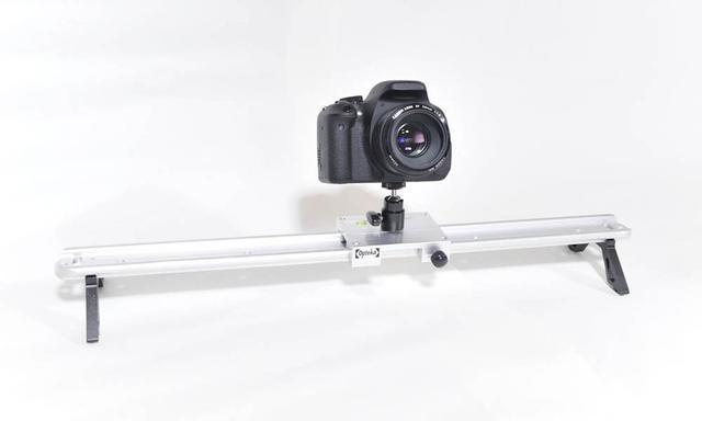 画像: カメラの下、金属のレール状のものが「スライダー」と呼ばれるもの。動画撮影中にカメラを左右に移動するだけで映像にダイナミズムが生まれる。
