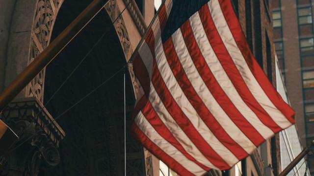 画像: ▲望遠レンズを使って星条旗を撮影。下から上にカメラを動かすことをティルトアップと言う。パン同様にカメラゆっくりと動かすことで安定感が得られる。 youtu.be