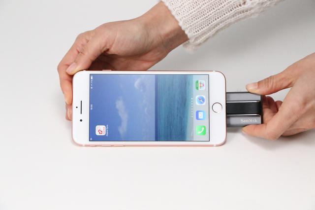 画像: ▲iPhone 7 PlusとiXpandを接続した状態。接続するとすぐにアプリが起動する。 www.sandisk.co.jp