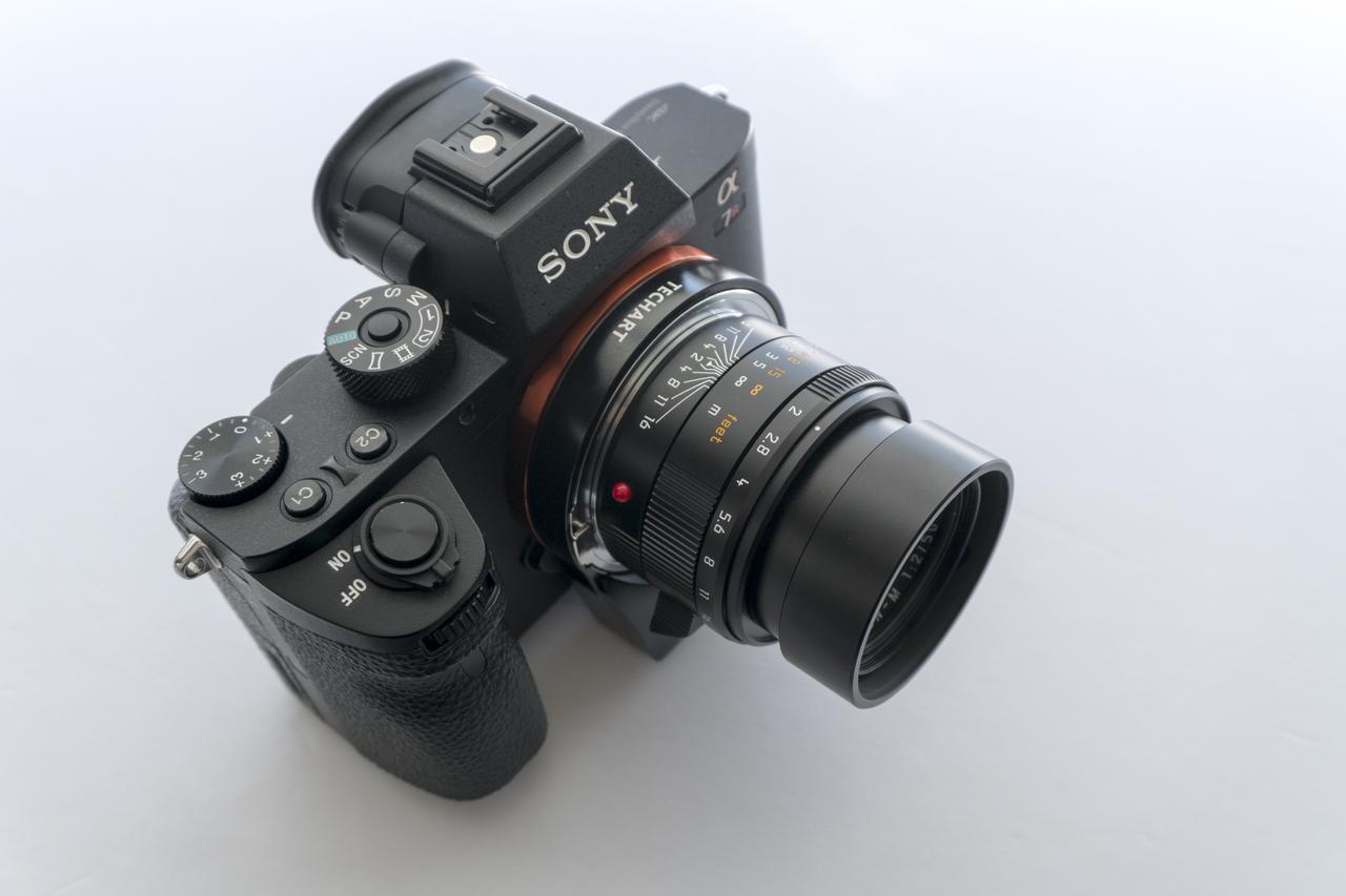画像: ▲ソニーα7RⅡ(カメラは別売)にLM-EA7を装着した様子。ソニーα7Ⅱ(Ver2.0)、α6300、α6500など像面位相差AFが駆動するEマウント機種で使用可能です。