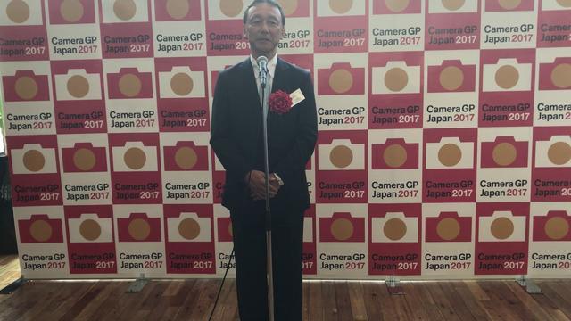 画像: ▲「カメラグランプリ2017大賞」の喜びを語る半田正道氏。 20170601 CameraGP2017 Olympus youtu.be