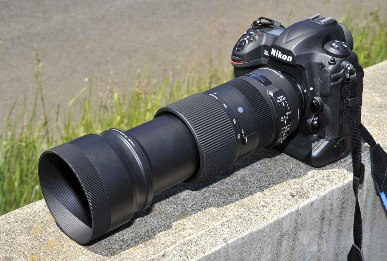 画像: Nikon D5に装着、400mmまで伸ばすとこの通り、コースサイドにて。あ、フードに先端に付いてるのはキズじゃないですよ、汚れ、ヨゴレですから、念のため。