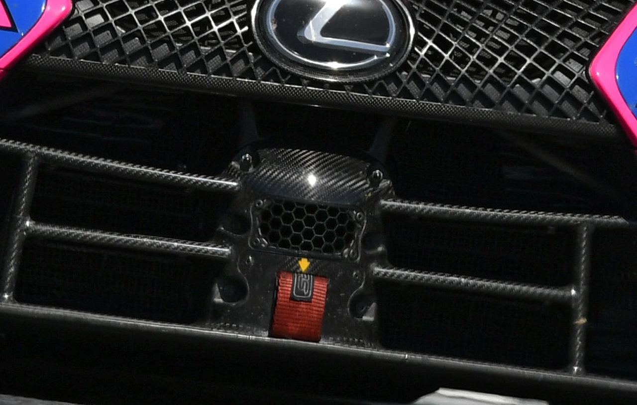 画像: 上のカットの合焦部分のアップ、少し明るく補正するとカーボン地までクッキリ