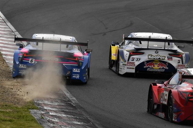 画像: 接触を避け、コースアウトギリギリでブレーキングする6号車