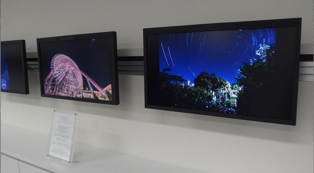 画像: ギャラリーにはEIZOの最新4K対応のモニターによる展示も。作品の動画も流れているので、プリントともに楽しめる。 www.eizo.co.jp
