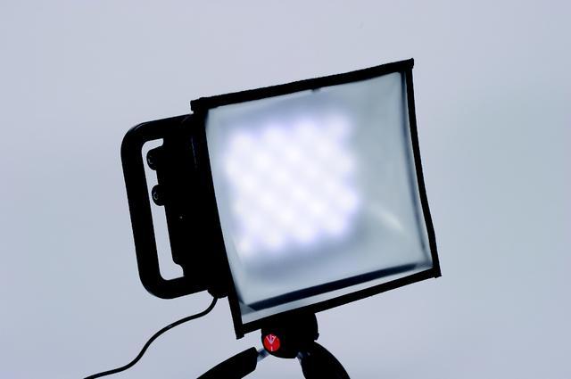 画像: オプションとして用意されるLYKOS ソフトボックス(8000円)を装着すると、光を拡散し影が重なって現れるのを防ぐことができる www.manfrotto.jp