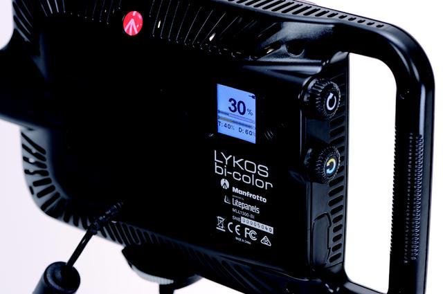 画像: 背面LCDパネルで色温度と調光の設定数値が確認できる。電源は付属のAC以外にも充電式リチウムバッテリー(別売)ソニーLタイプも使用可能で駆動時間は80分。●260(W) ╳152(H)╳42(D)㎜●470g