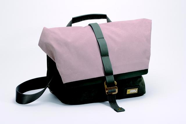 画像: ■光源をLEDに変え上記セットで撮影。色温度を5600ケルビンに合わせれば、見たままの忠実な色合いだ。メインライトを斜め右からあてることでメリハリと鞄の質感が見て取れるようになった。 www.manfrotto.jp