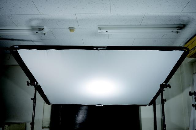画像: トップライトを柔らかい光に拡散させるためのディフューザーとそれを張るパイプのセット。●1.25ストップディフューザー(2万1000円)●グリップヘッドJタイプ黒(5400円)╳2個●アルミマスタースタンドAC Jタイプ(1万9000円)╳2脚 www.manfrotto.jp